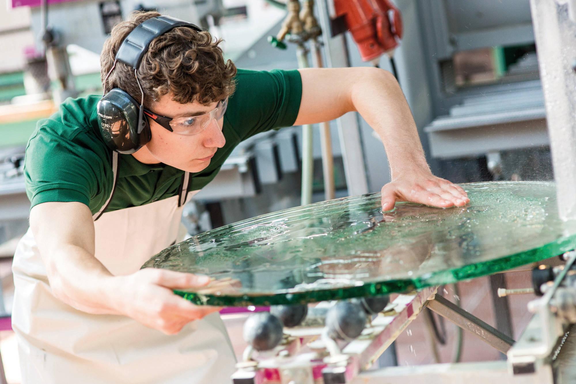 Glaser mit Glasplatte • Bundesinnungsverband des Glaserhandwerks